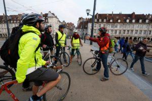 Groupe vélo-école sur le pont Battant