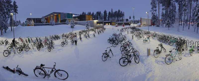 Parking vélo d'une école à Oulu en Finlande par -17°C. Ici 5 élèves sur 6 viennent à vélo.