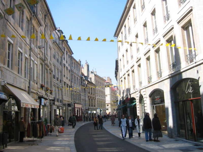 Seconde rue principale du centre de Besancon (Rue des Granges)