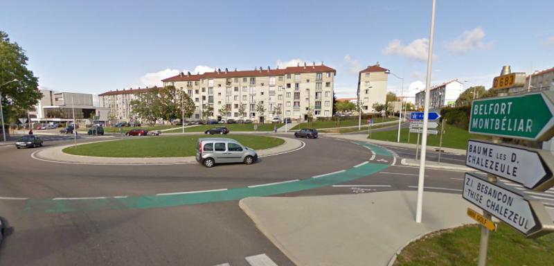 Giratoire au-dessus de la rue de Belfort. L'anneau cyclable (en vert) met les cyclistes exactement dans l'angle mort des automobilistes.