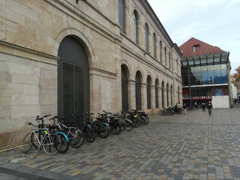 Vélos stationnés place de la Révolution